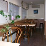 ピコピコ - 入口左側です。4席のテーブルが3つあります。補助席を使うと6名でも可です。