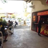 オキナワンタコス専門店 POW - 気持ち良い風が抜ける通りに広がる、香ばしい臭いと、沖縄民謡。