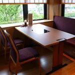 木曽路 - 明るくなったテーブル席です。