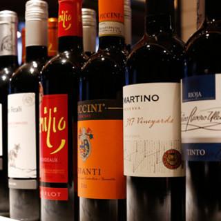 現地ワイナリーから直輸入する120種類以上ものワイン。