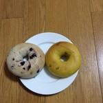 ジュノエスクベーグル - (左) ブルーベリーベーグル 190円                                (右) まるごとかぼちゃベーグル 170円
