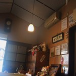 麺屋しらかわ - レトロな雰囲気のある店内