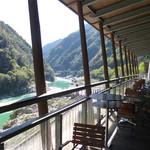 徳島ラーメン にし利 - 店内から望む吉野川