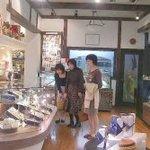 ボンヌ・ジュルネ - テイクアウトのケーキ売り場「広々としていて、ゆっくりとお買い物を楽しめます。」