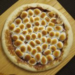 KICHIRI - チョコレートをたっぷり塗ったピザに、マシュマロをのせて一気に焼き上げた、ボリューミーなデザート系ピザです。とろけるマシュマロとチョコレートの相性をお楽しみください