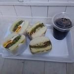 32561372 - サンドイッチとアイスコーヒー