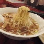 中国料理 安泰楼 - ラーメンの麺は細い縮れ麺