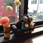 CHINA  MAPLE CAFE 明楓 - 4席の窓ぎわカウンターのサッシの桟にあった飾り