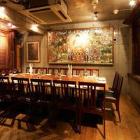 4階:リッチな彫刻の扉と巨大曼荼羅の落ち着いたテーブル席の空間