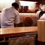 日本橋 天丼 金子半之助 - カウンター席からの様子
