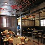 日田まぶし千屋 - 民芸調の店内。すべてテーブル席です。