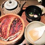 日田まぶし千屋 - 日田まぶしです。                             普通量の2,600円。ちなみに大盛りは3,200円です。                             桶に白飯・鰻の蒲焼が丼感覚で入ってます。肝吸いと漬物付