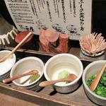 日田まぶし千屋 - 名古屋のひつまぶしとどこが違うのかというと、                             日田産米のご飯ということと、薬味が違うのが日田流なんだそうです。                             たっぷりの大根おろし・ねぎ・柚子胡椒・わさびがついてます。