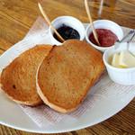 TOP's 360° - 全粒カンパーニュのトースト 600円。手作りのジャム2種とバター(2014.10月)