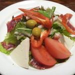 タベルナ カディス - 生ハムとスペインチーズのサラダ
