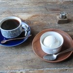 32590904 - コーヒー と ミルクアイス