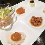 32591800 - 前菜プレート:サラダ、クラゲ、蒸し鶏、酢大豆、胡麻豆腐、なます☆