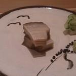 鮨よしたけ - アワビ蒸し、肝のたれをつけて食べる