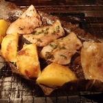どったんばっ炭 - 厳選豚バラとほっこりじゃがいもの朴葉味噌焼き(980円)