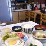 丸はし - 料理写真:もつ煮定食850円。もつ煮以外に5皿の惣菜と味噌汁ご飯がついてこの値段は安い!