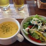 32596119 - セットのサラダとコーンスープ