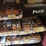 プチ - 焼き菓子も売っています
