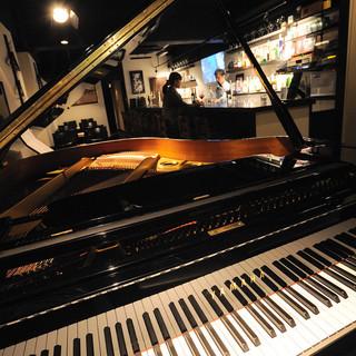 毎週金、土、日曜はピアノやギターの生演奏♪