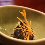 丹想庵 健次郎 - 季節の野菜(この日は蓮根)の胡麻和え。黒ごまで和えて白ごまをトッピング。