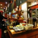 うどん屋 山善 - 大繁盛で大忙しの厨房である。