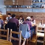 ゴンノ ベーカリー マーケット - gonno bakery market @中葛西 ウッディな意匠のイートインスペースはかな~り狭いですね
