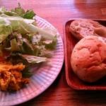 ゴンノ ベーカリー マーケット - gonno bakery market @中葛西 先に運ばれるサラダと食べ放題のパン