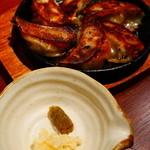 木村屋本店 - 鉄板焼餃子は柚子胡椒と刻みニンニクで