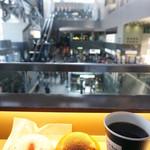 カフェ デュ モンド - カウンター席は開放的