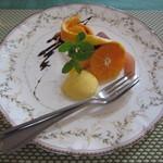 海猫軒 - デザートの中身は盛りだくさん。オレンジケーキとパレタ、洋なしと柿と蜜柑です。