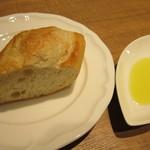 32617430 - パスタの前にパンを