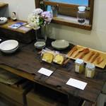 萌木星 - 店内に入ると1階はカウンター席。 傍らで陶器や木製カトラリー、スイーツなどを販売されています。