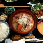 九楽々 - 牛もつと野菜の煮込み定食(850円)