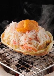 仁屋 - 北海道の紋別直送!「雲丹とずわい蟹の甲羅焼き」