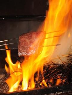 仁屋 - 藁焼きは素材のうまさを引き立てます