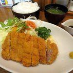洋食あけぼの - 豚カツ定食1100円(ライスは無料で大盛にできます)