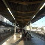 ジェイアール東海パッセンジャーズ 新横浜プラザ下り13店 - JR新横浜駅 新幹線ホーム ※お店はこの道線にあります。(2014.10.24)