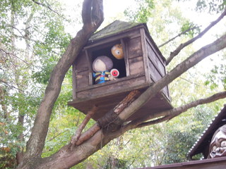 鬼太郎茶屋 深大寺店 - お店の前の木には鬼太郎と目玉おやじ