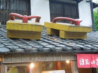 鬼太郎茶屋 深大寺店 - 屋根の上には大きな鬼太郎の下駄