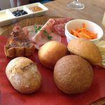 パンとエスプレッソと - パン盛り合せ、ハム盛り合せ、キッシュ