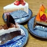 ツルタニ - 料理写真:左・クラシックショコラ(270円+税) 上・いちごスフレ(345円+税)、右・バレンシアショコラ(330円+税)
