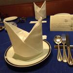 レストラン ストックホルム - スウェーデンを意識した色彩のテーブルセッティング
