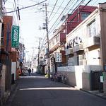 辰家 - 路地の右側がお店です