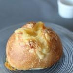 シックス スクエア ベーカリー - チーズのパン 190円?
