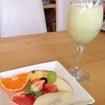 トップフルーツ八百文 - 100%生絞り 静岡温室クラウンマスクメロンジュースとおまけのカットフルーツ