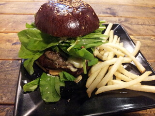 ハングリー ヘブン 目黒店 - モッツァレラとルッコラのハンバーガー